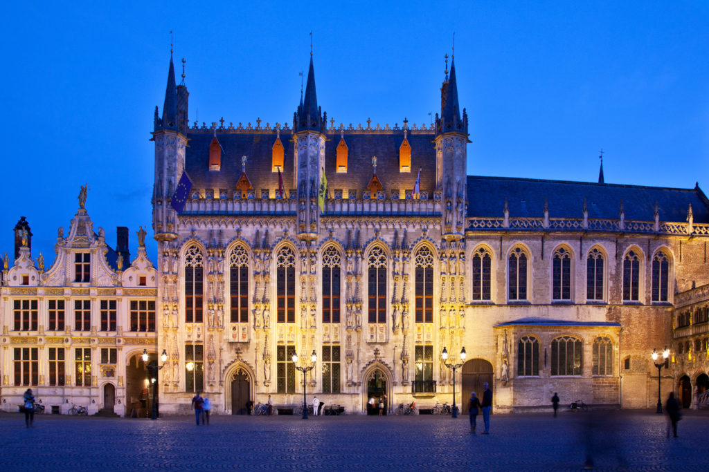 C7Y5NP The 14th Century Town Hall or Stadhuis at twilight in the Burg Square in Bruges, Brugge, Flanders, Belgium
